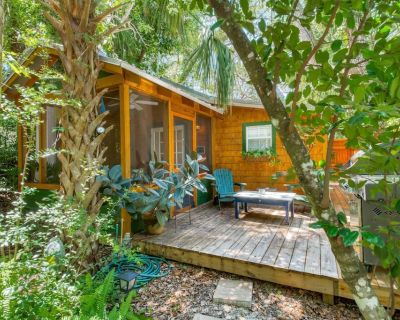 Romantic Cabin in Quiet Wooded Lot-Walk to peaceful Beach & Tennis park, Screened Porch, Deck, Grill - Vilano Beach