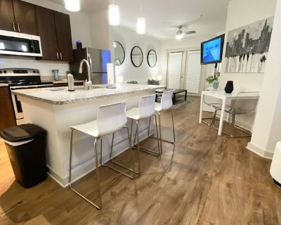 Beautiful Couples suite in middle of everything - Midtown
