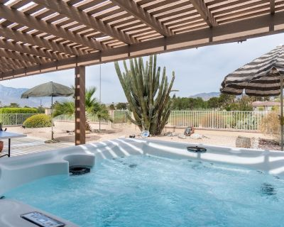 Breath-taking Mountain Views on the Golf Course, Private Hot Tub, Pool Table + - Desert Hot Springs