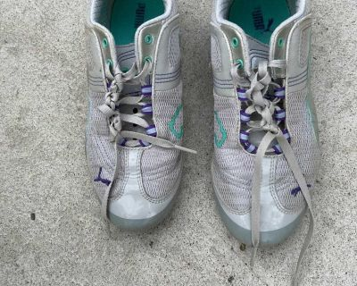 Puma girls/woman s size 5 gym shoes in excellent condition