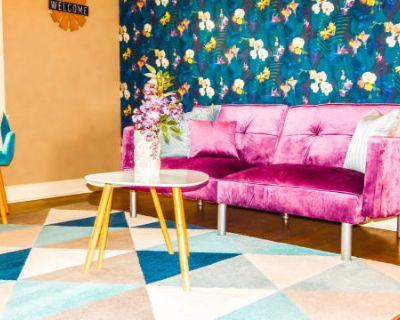 Stylish Urban 2-Bedroom Apartment With Designer Appeal, Kansas City, MO