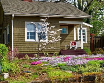 Corner Cottage, A Cozy and Private Retreat Near Downtown - Historic Montford
