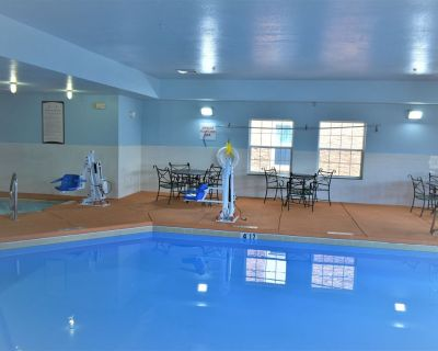 Equipped King Suite   Free Daily Breakfast, Pool + Hot Tub Access - Northeast Heights