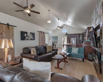 New! Gorgeous Home W/hot Tub&grill - Fredericksburg