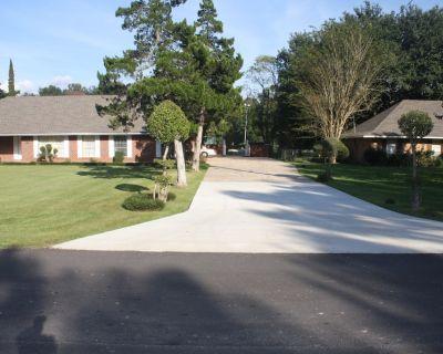 Home/MINI RESORT- pool, tennis court, par 3/four hole golf course, lg. Clubhouse - Zachary