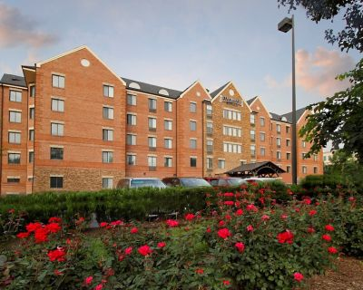 Studio Suite with Private Patio! Free Breakfast + On-Site Business Center - McLean
