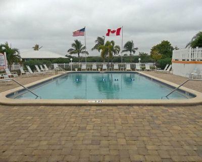 Pet friendly, Sleeps 6, Furnished 2br,2ba Waterfront 55+ Resort - Fort Myers