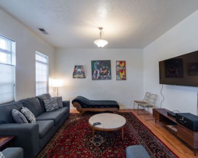 4 bd, 2 1/2 bath, on 3rd, 4 blocks from downtown, filled with art and antiques - Barelas