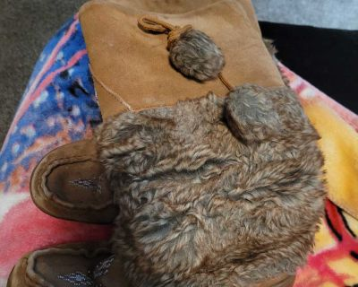 Moccasins boots asking 10.00