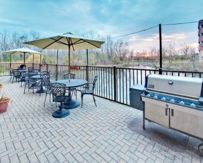 Suite Near the Heart of Chicago   Free Shuttle + Complimentary Breakfast - Oakbrook Terrace