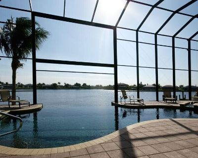 Villa Estelle Luxury Villa, 4 bedrooms on a large lake, boat for additional fee - Cape Coral