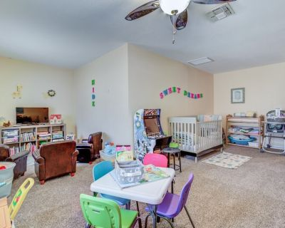 """Only """"DEDICATED KID ZONE"""" in PHX area. 4BR 2BA with Heated Pool, Spa & Fire Pit - Chandler"""