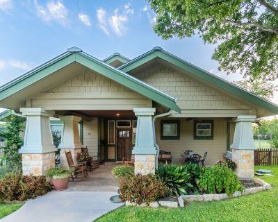 Agape Back Cottage sleeps 5 to 8, property sleeps up to 14 one block to main st. - Fredericksburg