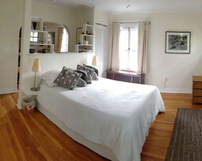 Private Carriage House, 1.5 bedrooms, self-check-in, kitchen, laundry, porch - Bloomfield