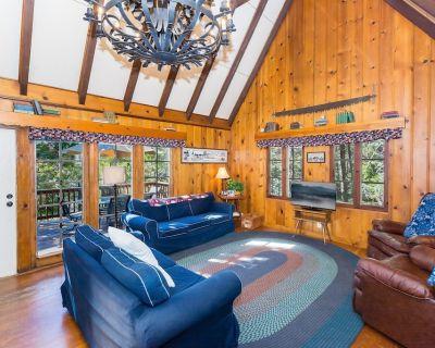 Cozy Americana Cabin 5 Min Walk from Lake! Private Lakeside Dock! - Cedar Glen